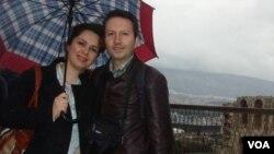 احمد رضا جلالی پزشک زندانی در کنار همسر خود ویدا مهراننیا