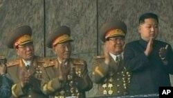 노동당 창건 65주년기념 행사로 김일성 광장에서 열린 대규모 열병식을 참관하기위해 주석단에 오른 김정은(우)
