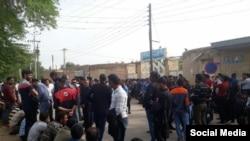 تجمع کارگران مقابل دادگستری شوش
