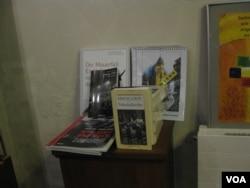 萊比錫尼古拉教堂中出售的書籍介紹1989年前東德民主運動和這所教堂在當時所發揮的重要作用。(美國之音白樺攝)