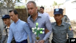Ông Philip Blackwood, công dân New Zealand và hai công dân Myanmar đến tòa án tại Yangon.