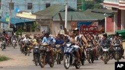 버마 동부 라시오시에서 종교간 폭력 사태가 발생한 가운데, 29일 무장한 불교도들이 거리를 순찰하고 있다.