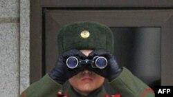 Binh sĩ Bắc Triều Tiên nhìn về phía miền Nam tại làng đình chiến Bàn Môn Ðiếm trong khu phi quân sự ngăn cách hai miền Triều Tiên