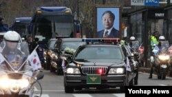 26일 고 김영삼 전 한국 대통령 운구차량이 서울대 병원 장례식장을 출발하고 있다.