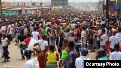 Une foule manfeste contre la modification de la loi électorale à Kinshasa, RDC, le 20 janvier 2015.