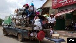 ប្រជាពលរដ្ឋខ្មែរ ដែលភាគច្រើនជាកម្មកររោងចក្រកាត់ដេរ បានធ្វើដំនើរតាមរយៈរថយន្តឈ្នួលទៅលេងស្រុកកំនើតនៅតាមខេត្តនានាក្នុងឱកាសបុណ្យភ្ជុំបិណ្ឌប្រពៃណីជាតិ នៅតាមបណ្ដោយផ្លូវជាតិលេខ៦A នៅថ្ងៃសៅរ៍ទី១០ ដែលត្រូវជាបិណ្ឌទី១៣។ (ឡេង ឡែន/ VOA Khmer)