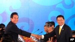 第六次江陈会正式召开,陈云林(左)江丙坤(右)握手致意