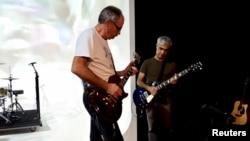 "Aktor Inggris David Jackson (kiri) dan aktor Argentina Gabriel Sagastume bermain gitar elektrik saat latihan pertunjukan drama teater ""Campo Minado (Minefield)"" di Buenos Aires, Argentina, 28 September 2018."