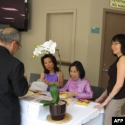 Nhà văn Lê Thị Nhị tại buổi ra mắt sách, 10/07/2011