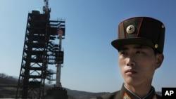 北韓士兵4月8日在銀河3號火箭發射場站崗