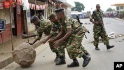 布隆迪軍人在首都布瓊布拉移走設置路障。