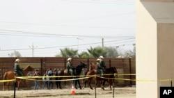 美國邊境巡邏隊在加州圣迭戈附近的美墨邊界逮捕了幾名非法越境人員。(2017年10月19日)