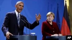 Presiden AS Barack Obama dan Kanselir Jerman Angela Merkel memberikan konferensi pers bersama di Berlin, Jerman, Kamis (17/11).