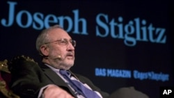 Americano Joseph E. Stiglitz, foi laureado Nobel de Economia em 2001