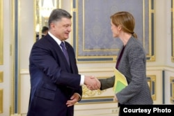 Ukrainian President Petro Poroshenko shakes hands with the U.N. Ambassador to the United Nations Samantha Power, during their meeting in Kyiv June 10, 2015. (Courtesy - President Poroshenko's personal Facebook page)