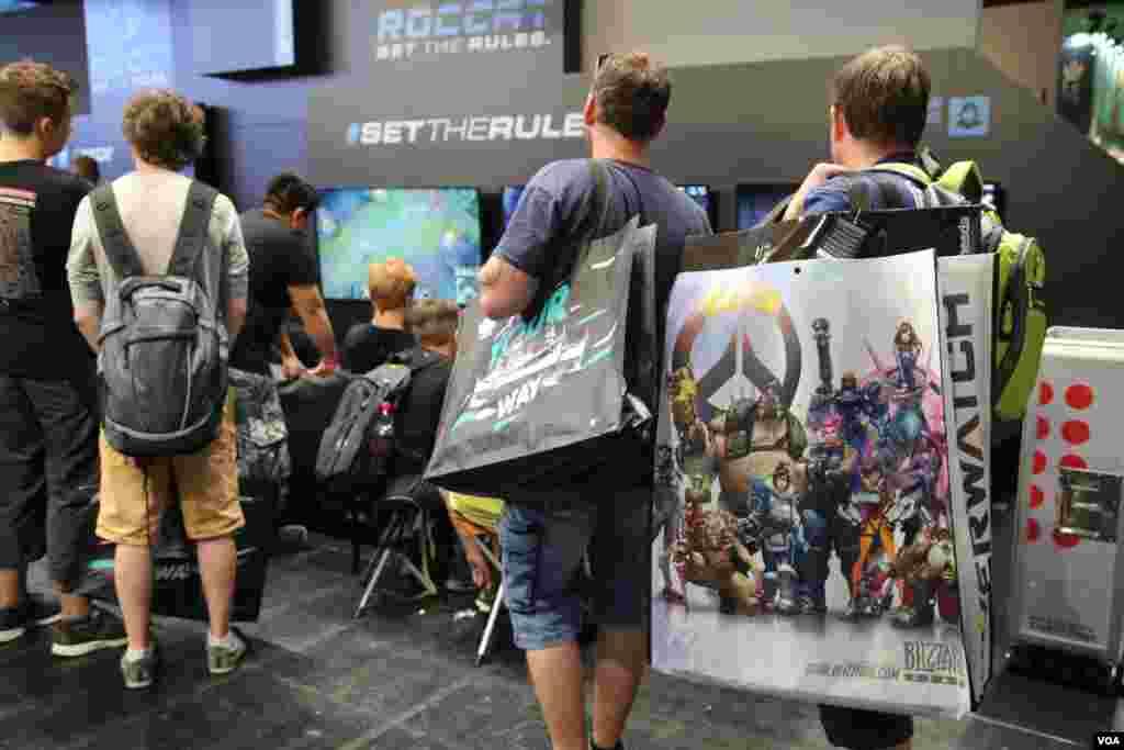 و البته در بزرگترین نمایشگاه بازی های کامپیوتری جهان در کلن آلماناز هدایای تبلیغاتی نباید غافل بود.