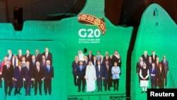 G20网路峰会的合照投射在东道国沙特阿拉伯的萨尔瓦宫墙壁上。2020年11月20日图片。