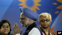 Indian Prime Minister Manmohan Singh, center (file photo: Oct 2010)