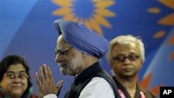 Indian Prime Minister Manmohan Singh, center (file photo: Oct 2010)