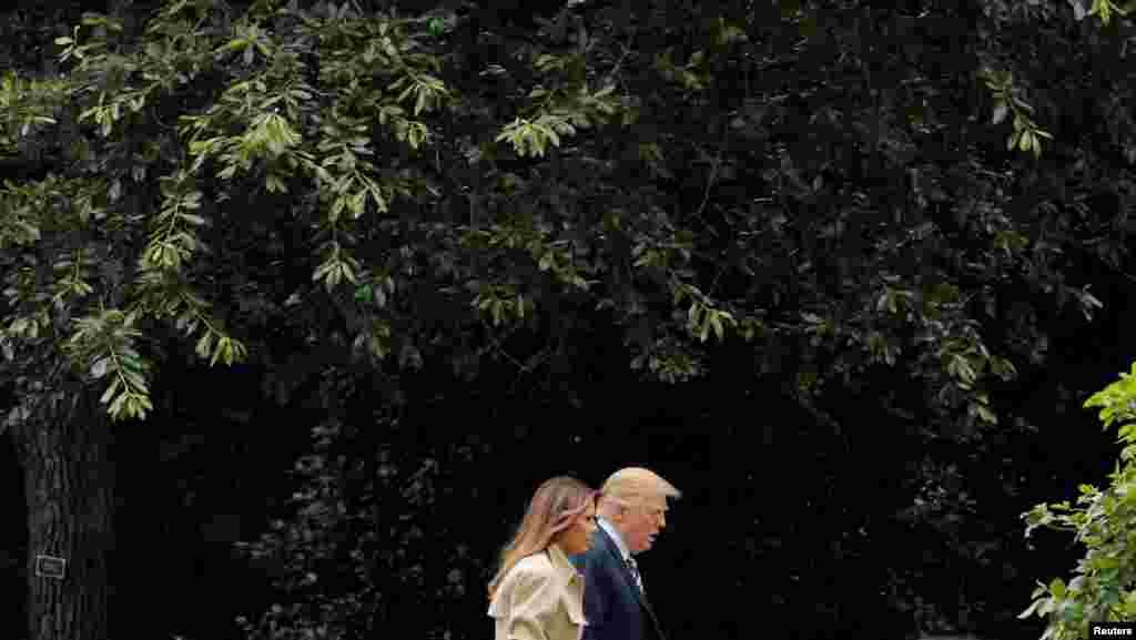 멜라니아 트럼프 여사가 트럼프 미국 대통령과 함께 연방긴급사태관리청(FEMA) 본부를 방문한 후 백악관으로 돌아오고 있다. 멜라니아 여사는 신장 수술을 받은 뒤 한 달 가까이 공개 석상에 나타나지 않아 각종 추측을 불러일으켰었다.