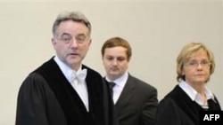 Thẩm phán Bernd Steinmetz (trái) tại phiên xử hải tặc lần đầu tiên trong vòng 400 năm ở Ðức, ngày 22/11/2010