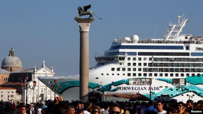 Kapal pesiar Norwegia berlabuh di dekat Lapangan Santo Mark di laguna Venesia, Italia (foto: ilustrasi).