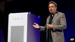"""Generalni direktor """"Tesle"""" Ilon Mask predstavlja nove baterije na solarnu energiju"""