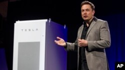 Elon Musk, director ejecutivo de Tesla Motors, presenta el nuevo producto de la compañía.