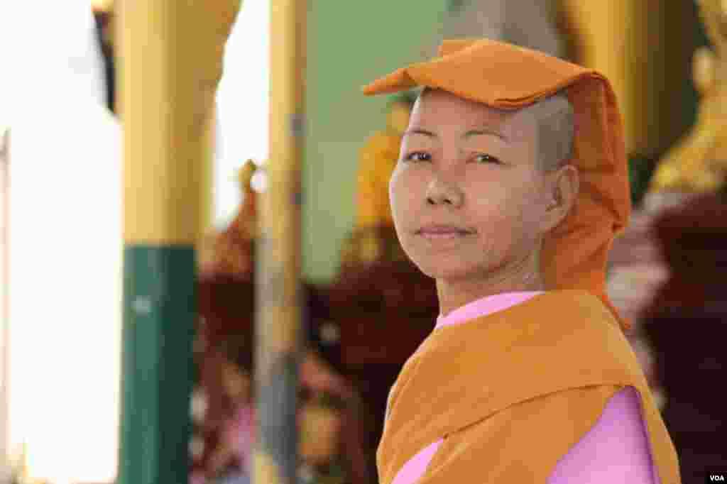 A monk at the Shwedegon Pagoda, Rangoon, Burma, November 22, 2012. (D. Schearf/VOA)