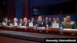 عکس آرشیوی از جیمز کومی رئیس پلیس فدرال آمریکا، اف.بی.آی، (نفر اول از چپ) در نشستی در کنگره