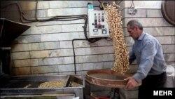 پسته یکی از اقلامی بود که قیمت سرسام آورش، آن را از سفره شب عید پارسال مردم حذف کرد.