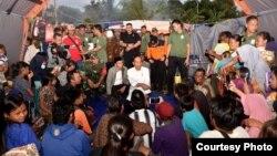 Presiden Joko Widodo berbincang dengan korban gempa di Lombok Utara, Nusa Tenggara Barat, Senin malam 13/8 (Courtesy: Setpres RI).