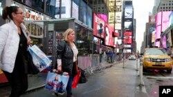 Warga AS berbelanja di kawasan Times Square, New York (foto: ilustrasi).