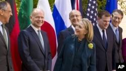 La secretaria de Estado, Hillary Clinton, dio la bienvenida a los cancilleres del G-8.