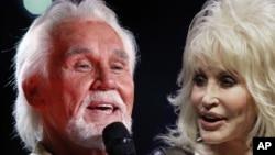 Composición fotográfica de los cantantes Kenny Rogers y Dolly Parton.