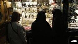 İran'a yaptırımlar artıkça halk parasını altına yatırıyor