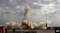 La policía federal iraquí detona las bombas sin estallar de los militantes islámicos en el lado oriental de Mosul, Irak, este domingo 8 de enero.