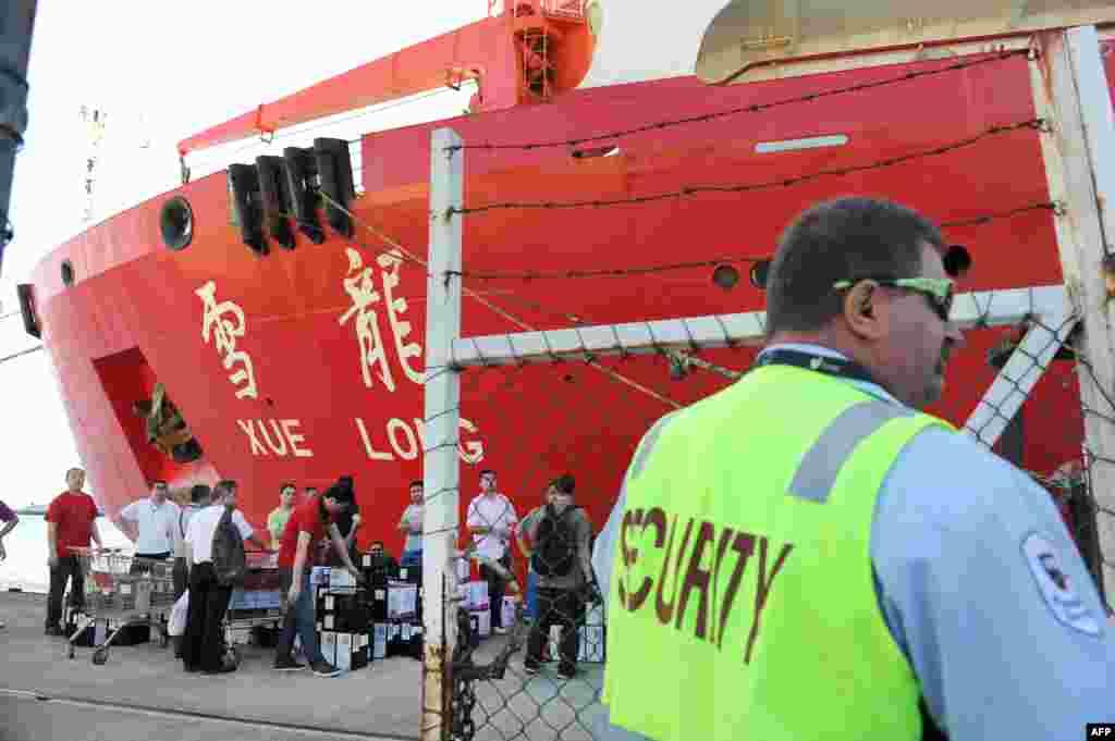 ناو یخ شکن شوئه لونگ، ناو چینی جستجوگر قطب جنوب آماده می شود تا بندر فریمنتل را ترک کند. دستکم هفت کشتی چینی در جنوب اقیانوس هند در جستجوی هواپیمای مالزیایی هستند - ۲۱ مارس ۲۰۱۴