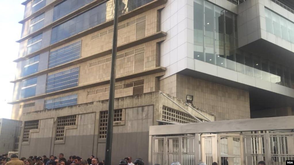 Personas a las afueras de una de las sedes de la agencia de inteligencia del gobierno venezolano, Sebin, en Caracas, después de la muerte del concejal Fernando Albán. Foto: Adriana Nuñez Rabascal.
