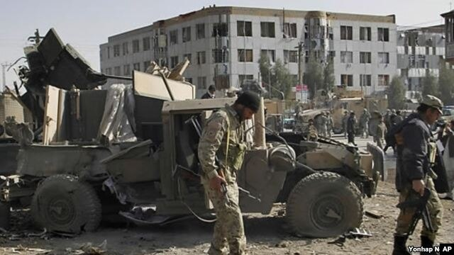Cảnh sát Afghanistan tại hiện trường sau vụ nổ.