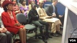 Une des rescapées de l'enlèvement des lycéennes par Boko Haram un an plus tot, assise lors d'une manfiestation orgnisée par la VOA mercredi 15 avril 2015 à Washington, aux Etats-Unis.