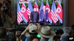 ساکنان سئول پایتخت کره جنوبی، در یک ایستگاه قطار، در حال تماشای گزارش دیدار پرزیدنت ترامپ و رهبر کره شمالی هستند - ۲۲ خرداد ۱۳۹۷