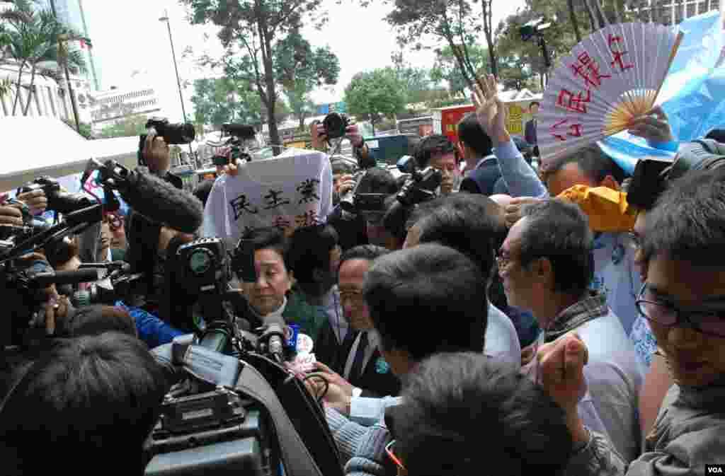 民主黨主席劉慧卿接受傳媒訪問時被大批示威者包圍