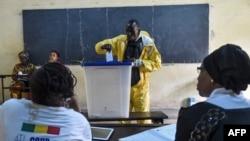 Dans un bureau de vote lors du second tour de l'élection présidentielle au Mali, à Bamako le 12 août 2018.