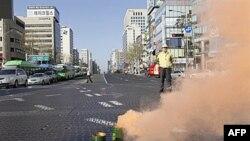 Nhân viên giám sát hướng dẫn dân chúng Nam Triều Tiên chạy vào hằng ngàn nơi trú ẩn trên khắp nước, ngày 15/12/2010