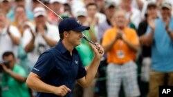 지난 12일 마스터스 골프대회에서 우승한 조던 스피스 선수가 자축하고 있다.