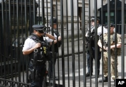 Policía armados continúan resguardando los principales sitios de la ciudad de Londres.