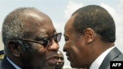 Tổng thống Côte D'Ivoire Laurent Gbagbo (trái) đón Tổng thống Burkina Faso Blaise Compaore tại phi trường ở Abidjan hôm 22/2/2010