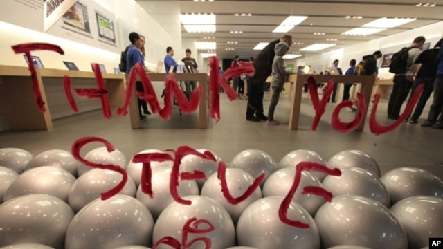 A tribute message to the late Steve Jobs written in lipstick is seen on the window of the Apple Store in Santa Monica, California October 5, 2011.