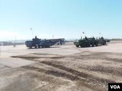 去年8月里海岸边的军事比赛活动中,中国海军陆战队的两栖登陆战车(左)与俄罗斯装甲车。